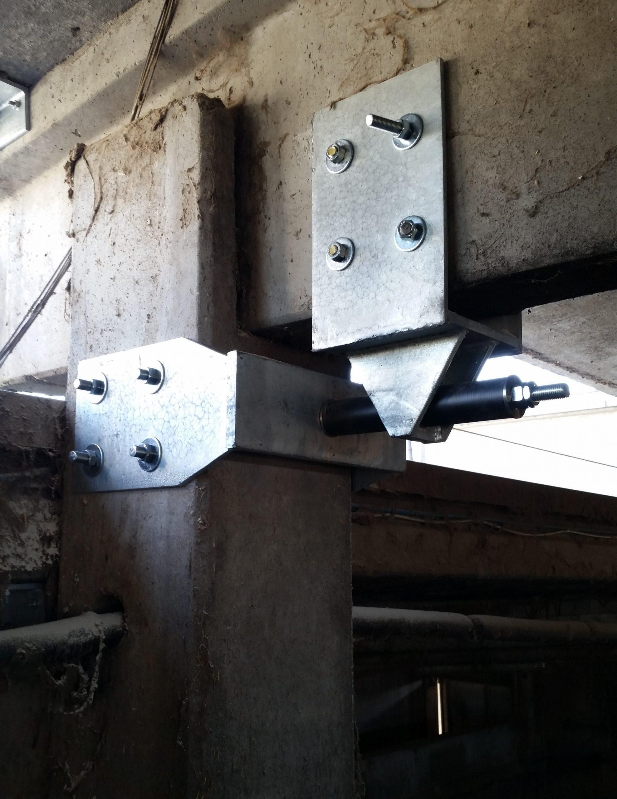 Sismocell montato su nodo trave pilastro in complesso agricolo a Reggio Emilia