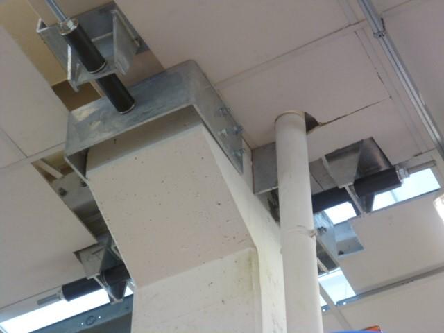 Sismocell montato su nodo trave pilastro di complesso commerciale a Cento
